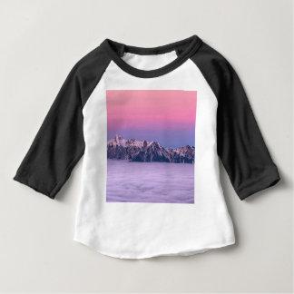 T-shirt Pour Bébé Montagnes au-dessus du ciel