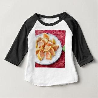 T-shirt Pour Bébé Morceaux rouges de pamplemousse d'un plat rond