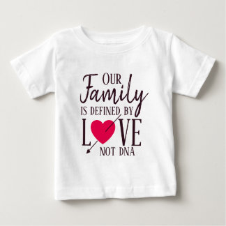 T-shirt Pour Bébé Notre famille n'est définie par adoption d'ADN