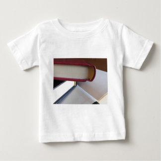 T-shirt Pour Bébé Occasion réserve avec les pages vides sur une