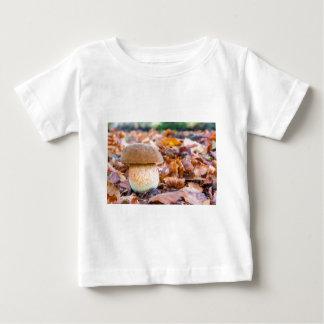 T-shirt Pour Bébé Pain d'écureuil de champignon avec le feuille dans