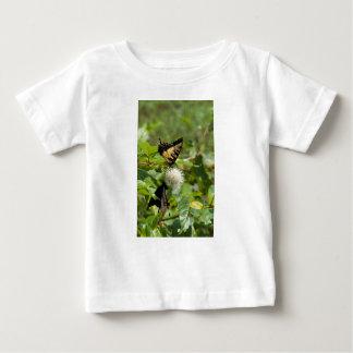 T-shirt Pour Bébé Papillon de machaon de tigre sur le fleur sauvage