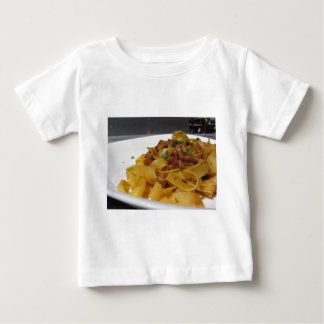 T-shirt Pour Bébé Pappardelle avec des champignons sur la table