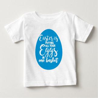T-shirt Pour Bébé Pâques met tous vos oeufs dans un panier