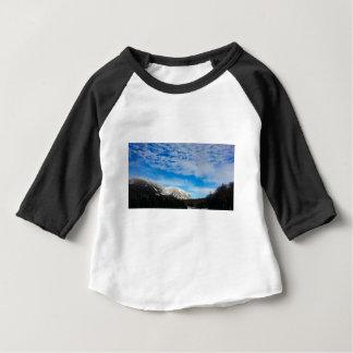T-shirt Pour Bébé Paysage blanc de ciel bleu de montagne