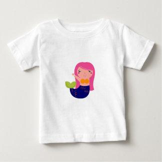 T-shirt Pour Bébé Petite sirène mignonne sur le blanc