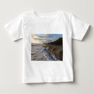 T-shirt Pour Bébé Photographie des vagues frappant le sable