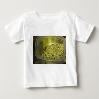 T-shirt Pour Bébé Pistaches coupées crues dans une casserole en
