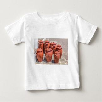 T-shirt Pour Bébé Plusieurs pots d'argile sur le plancher en dehors