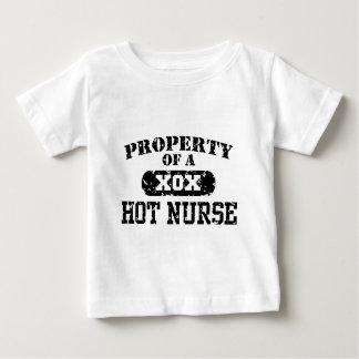 T-shirt Pour Bébé Propriété d'une infirmière chaude