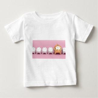 T-shirt Pour Bébé Rangée avec les tirelires sur l'arrière - plan