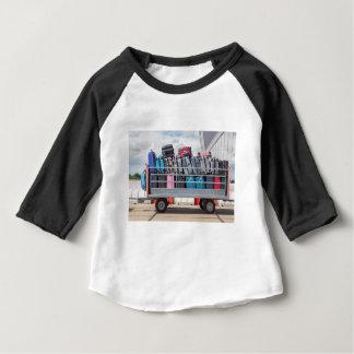T-shirt Pour Bébé Remorque sur l'aéroport rempli de suitcases.JPG