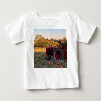 T-shirt Pour Bébé Tracteur dans un domaine de citrouille