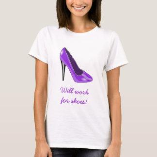 T-shirt pourpre de chaussure de talon haut