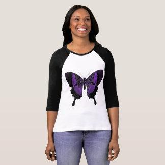 T-shirt pourpre de papillon avec les douilles