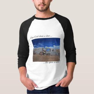 """T-shirt """"Quand Dieu ferme une porte…""""  Grand Tee des"""
