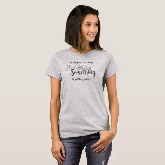 T-shirt Quelque chose obtient faite - texte gris