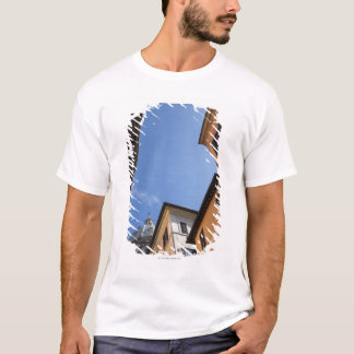 T-shirt regarder les bâtiments coloré peints et