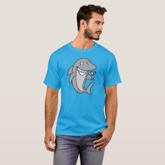 T-shirt Requin de Martini sur la pièce en t foncée