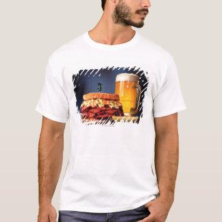 T-shirt Sandwich à pastrami avec la tasse de bière