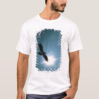 T-shirt Silhouette du vol d'aigle chauve en ciel