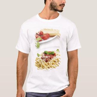 T-shirt Spaghetti avec la sauce tomate et le basilic