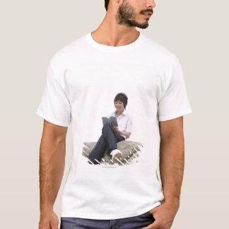 T-shirt Teenageboy se reposant sur le dock