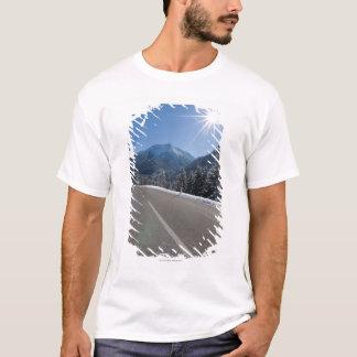 T-shirt Thrugh vide idyllique de route un paysage d'hiver,