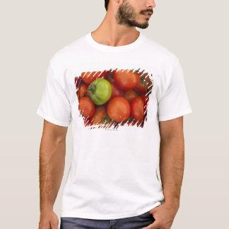 T-shirt tomates rouges avec un vert un en vente au