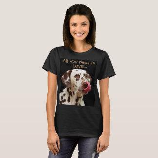 T-shirt Tout que vous avez besoin est amour… et un Dalmate