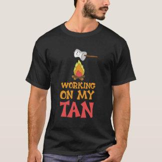 T-shirt Travailler à mon camping graphique bronzage de