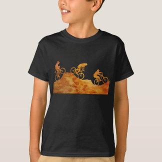 T-shirt Trois cyclistes de montagne sur une colline