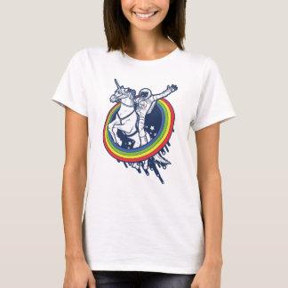 T-shirt Un astronaute montant un uncorn par un arc-en-ciel