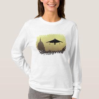 T-shirt Un atterrissage de jet de harrier sur le mail à