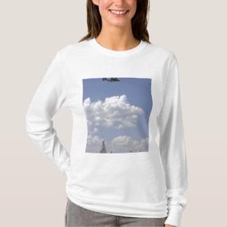 T-shirt Un balbuzard CV-22 vole au-dessus de C.A. - 130