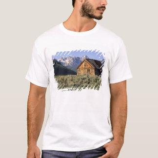 T-shirt Un cabine de rondin et les montagnes de dent de