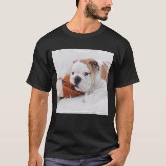 T-shirt Un chiot anglais de bouledogue jouant avec un