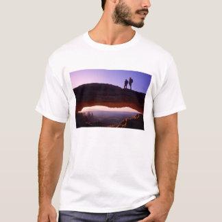 T-shirt Un couple observe le lever de soleil de placé sur