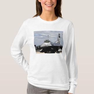 T-shirt Un faucon F-16 de combat