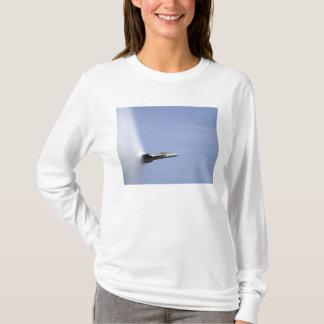 T-shirt Un frelon superbe de F/A-18E atteint la vitesse