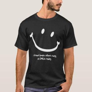 T-shirt Un froncement de sourcils maintient d'autres