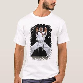 T-shirt Un garçon (15 années) dans un uniforme de karaté