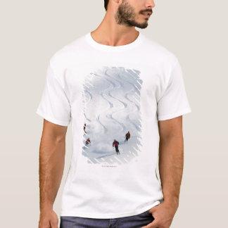 T-shirt Un groupe de skieurs backcountry suivent leur