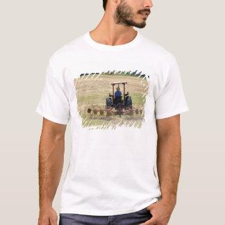 T-shirt Un jeune garçon conduisant une moisson de tracteur