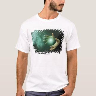 T-shirt Un magicien d'imaginaire faisant la magie avec ses