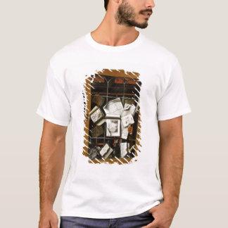 T-shirt Un trompe - l ' oeil d'un placard vitré ouvert