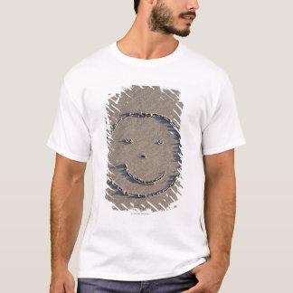 T-shirt Un visage souriant dessiné en sable
