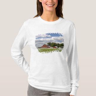T-shirt Une grange et une ferme rouges chez Pamona, le