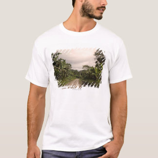 T-shirt Une route à distance de jungle