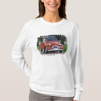 T-shirt Une vieille voiture rouge de Citroen 2CV avec une